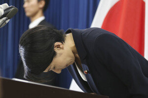 믿었던 두 여자에게 발등 찍힌 아베…경제산업상-법무상 동반 사퇴