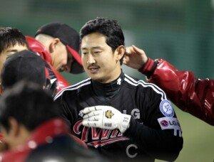"""FA 박용택 """"LG맨으로 남는다""""…4년 50억원"""