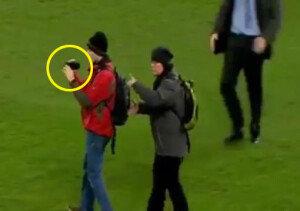 [영상] 경기장 난입 관중, 태연히 캠코더 촬영…호날두도 어리둥절