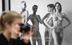 [화보] '에로티시즘 패션' 헬멋 뉴튼의 '퍼미넌트 론 셀렉션'