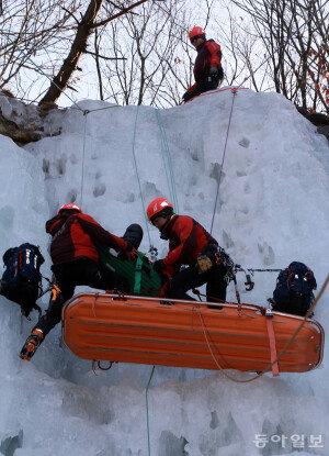 [화보] 119특수구조단, 빙벽사고 인명구조 훈련