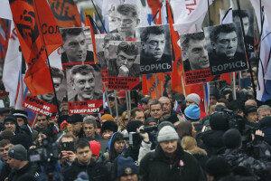 '푸틴 정적' 넴초프 전 부총리, 크렘린궁 인근서 피살… 러 수만명 추모행렬