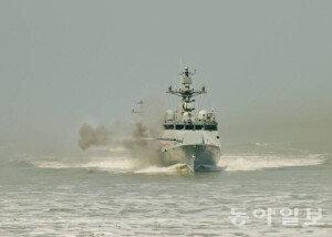유도탄고속함(PKG) 서해 연평도 앞바다서 함포 사격