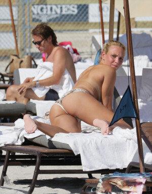 [화보] 크로아티아 출신 테니스 스타, 비키니 상의 벗더니…
