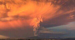 [영상] 칠레 칼부코 화산 분출… 42년 만에 폭발 '엄청난 양의 화산재'