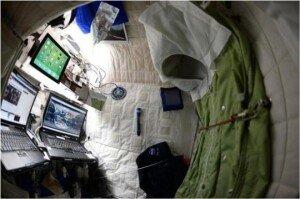 """우주선 안 침실 모습 공개… 좁은 공간 불구 """"자신의 편한 집"""" 소개"""