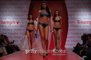 [화보] 트라이엄프 패션쇼 2015… '화려한 란제리의 향연'