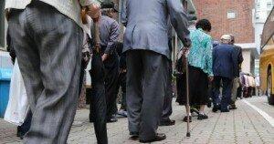 한국 '노인 빈곤율' 1위, OECD 평균보다 4배 높아…