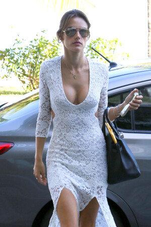 [화보] 알렉산드라 엠브로시오, 몸매 강조한 절개 드레스