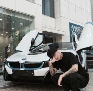 래퍼 도끼, 2억 달하는 BMW i8 인증샷… 날개처럼 열리는 문 '눈길'