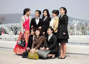 [화보] 북한 여성들의 '짝퉁 프라다' 사랑