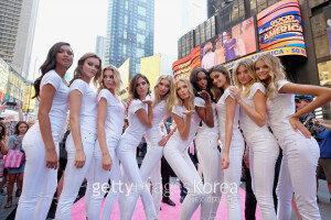 [화보] 美 타임스 스퀘어에 등장한 '빅토리아 스크릿' 모델들