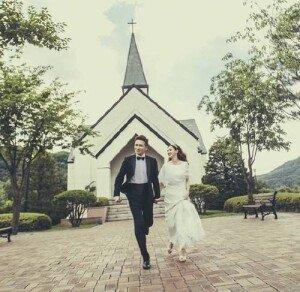 진태현·박시은, 5년 열애 끝 결혼 골인… 허니문은 어디로?