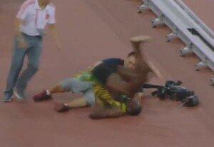우사인볼트 200m 결승서 우승… 세리머니 중 카메라맨과 충돌