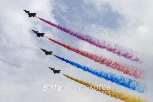 [화보] 중국 전승절 70주년 D-1··· '예행연습하는 전투기들'