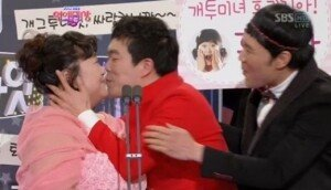 김민기, 과거 시상식서 연인 홍윤화에 기습 뽀뽀 '애정 과시'