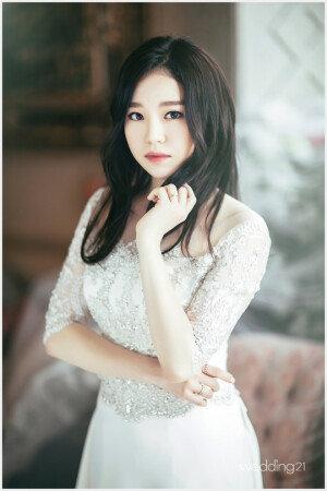 조혜정, 생애 첫 웨딩화보… 우아한 자태 '눈길'