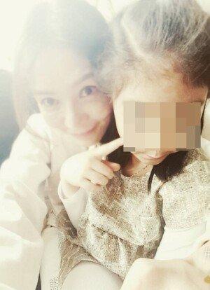 """'협의 이혼' 중견배우 김혜리, 딸과 다정한 사진 """"너만 사랑해"""""""
