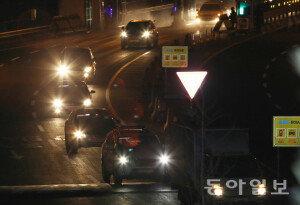 北, 개성공단 봉쇄에 280명 모두 귀환…'마지막 입경하는 차량들'