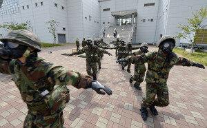 적 미사일 피폭 화생방 훈련하는 해군 장병들
