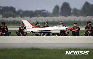 北 원산 에어쇼에 등장한 美 공군 F-16 모형