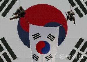 [화보] 서울 수복 66주년 행사… '태극기 호송 퍼포먼스'