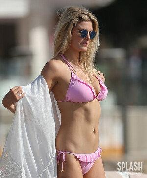 분홍색 비키니 입고 각선미 부각!