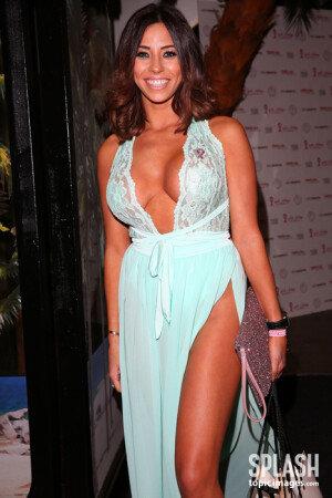 유명 모델의 아슬아슬한 드레스 자태
