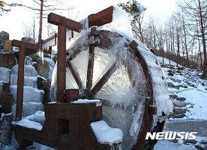 매서운 추위에 얼어붙은 물레방아