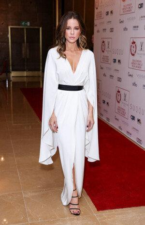 케이트 베킨세일, 순백의 드레스로 아름다움 뽐내
