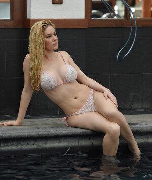 모델 헤이디 몬테그, 호텔에서 아찔한 비키니 뒷태