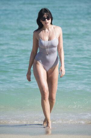 모델 데이지 로, 수영복으로 뽐내는 육감적 몸매