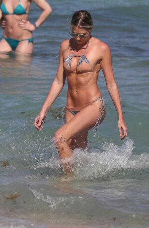 켈리 켈리, 비키니로 드러낸 완벽한 몸매