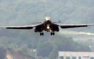 """美 B-1B 폭격기 한반도 출격… 北 """"核 투하연습"""" 호들갑"""