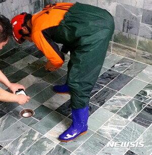 목욕탕 배수구에 발 끼인 8세 아동, 결국 사망