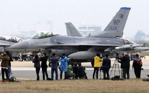 '맥스선더 훈련' 출격 조종사들의 힘찬 '파이팅 포즈'