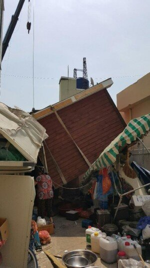 2톤 가건물 옮기다 추락…인근 주택 날벼락