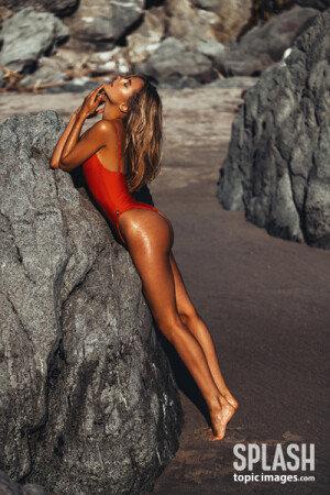야성미 넘치는 섹시한 모델, 킴벌리 가너의 수영복 자태