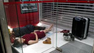 ATM 부스안에서 무슨 일?<br> '저렴한 중국인' 숙면 사진 논란