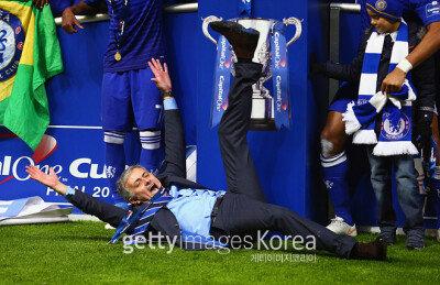 첼시, 토트넘 꺾고 '캐피털 원 컵' 우승… 경기장에 드러누운 무리뉴 '눈길'