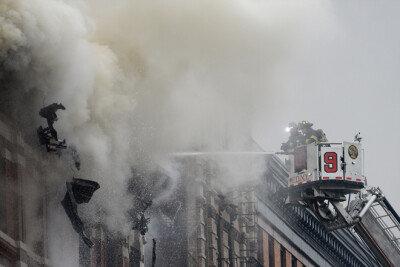 [화보] 美 뉴욕 아파트 화재… 하늘 뒤덮은 짙은 연기