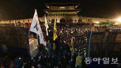 세월호 집회 참가자·경찰 곳곳서 충돌…100명 연행