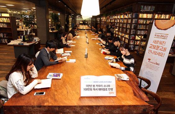 '5만년 된 나무' 대형 테이블이 한가운데 떡∼서점, 책 읽고 머무는 플랫폼이 되다