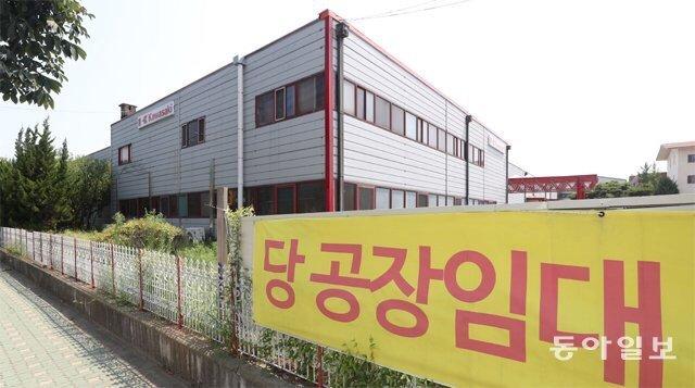 """""""주문량 반토막나 폐업 고민""""…늘어나는 '공장 임대' 현수막"""