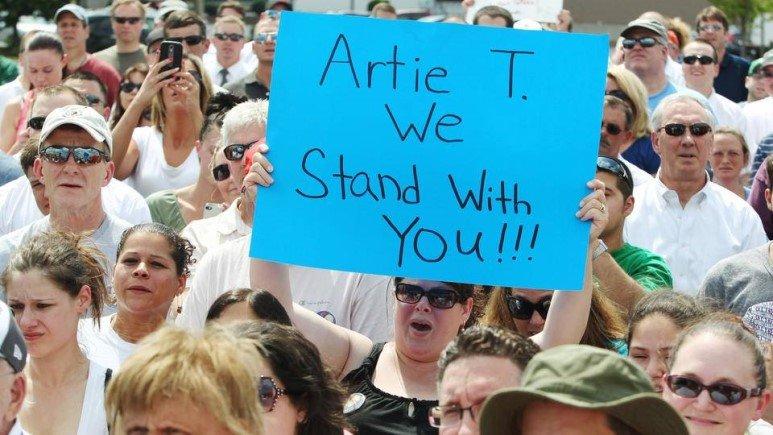 해고된 CEO 위해 시위에 나선 임직원과 시민들...대체 왜?