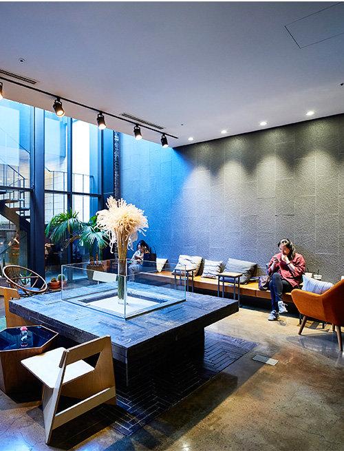 호텔 지하1층은 동네 주민도 편안하게 이용할 수 있는 개방형 휴식공간으로 꾸며졌다.