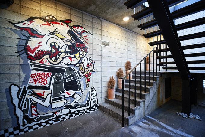 키즈존을 만들어 동네 사랑방 구실을 하는 지하1층으로 이어지는 계단 외벽에 그려진 그래피티 '코리안 타이거 배드 보이'.