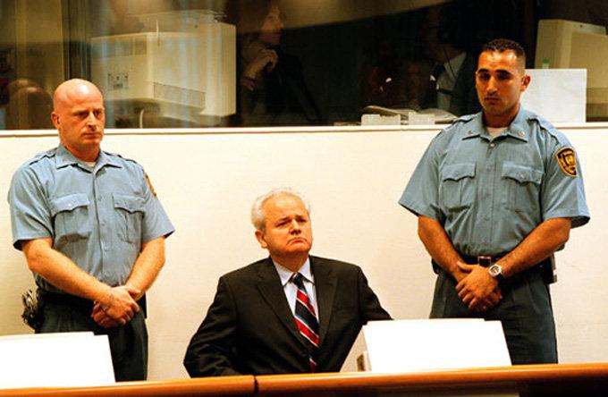 슬로보단 밀로셰비치(가운데) 전 신(新)유고연방 대통령이 2002년 2월 13일 국제유고전범재판소에서 재판을 받고 있다. 밀로셰비치 전 대통령은 재판 도중인 2006년 3월 사망했다.[REX]