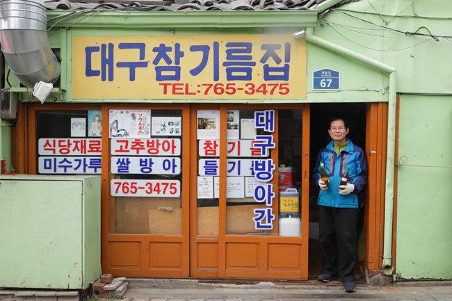 종로구 계동길에서 1975년부터 참기름집을 꾸려가고 있는 서정식 씨가 가게 문 앞에서 포즈를 취했다.