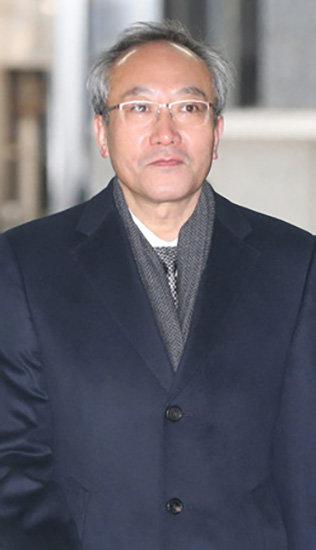 검찰은 '무혐의'…사퇴 요구 버텨낼까
